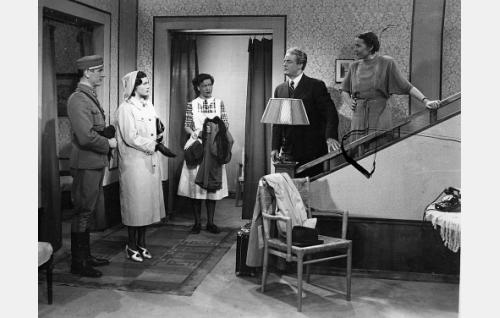 Luutnantti Aarne Laine (Eino Haavisto), hänen kihlattunsa Elli Markkanen (Eija Karapää), kotiapulainen Kaisa Kankkunen (Elsa Turakainen), tukkukauppias Paavo Markkanen (Sven Relander) ja hänen vaimonsa rouva Markkanen (Oili Jaatinen).