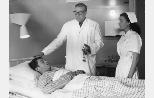 Haavoittunut alikersantti Olavi Laitinen (Toivo Reinikka), lääkäri (Ensio Jouko) ja sairaanhoitaja (Anja Haahdenmaa).
