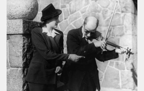 """Miss Smith (Eija Karapää) ja, """"sokea ja ontuva"""" katusoittaja (Evald Terho)."""