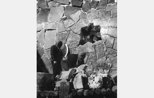 Olavi Gideoninpoika (Tauno Palo) ja Mirjam Raakelintytär (Anneli Sauli) tuomitaan muurattavaksi linnan muuriin.