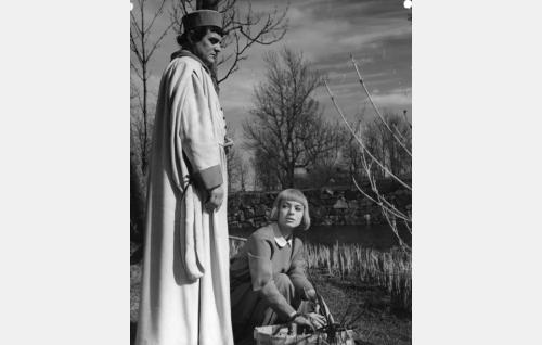 Olavi Gideoninpoika (Tauno Palo) kohtaa Mirjam Raakelintyttären (Anneli Sauli).