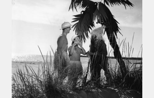 Pekka (Esa Pakarinen) uneksii olevansa herra Stanley, Pätkä (Masa Niemi) puolestaan herra Livingstone. Herrat kohtaavat Robinson Crusoen (Armand Lohikoski).