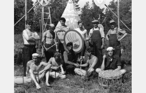 Intiaanileirin lavastusryhmä: istumassa vasem. Aarre Koivisto, Kari Uusitalo (sähköryhmästä), oik.lavas.apul. Aimo Pöyhönen ja Jorma Lindfors.