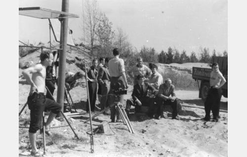 Osa kuvausryhmää. Vasemmalta Kari Uusitalo, taaempana seisomassa Aarre Koivisto, istum.järjestäjät Valle Siivonen ja Lasse Saxelin.