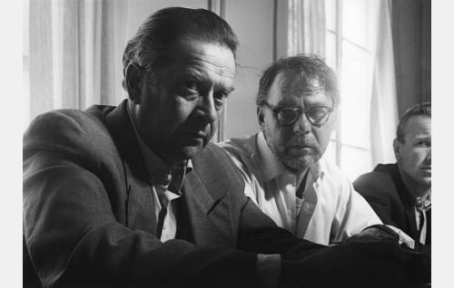 Eero Koskinen (Kaarlo Halttunen) alkoholistien vastaanottolaitoksessa, oikealla puolellaan potilas Harjula (Matti Lehtelä).