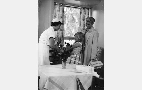 Hoitajatar (Leena Häkinen), Tirlittan (Tarja Airaksinen) ja hänen äitinsä (Tuija Halonen).