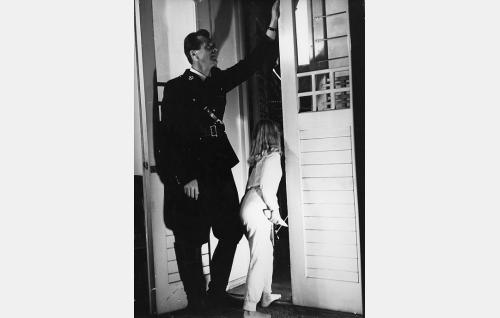 Avulias poliisi (Heikki Savolainen) ja Tirlittan (Tarja Airaksinen).