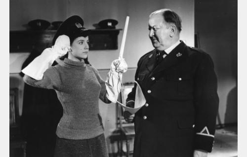 Maija (Heidi Krohn) ja poliisiupseeri (Uuno Montonen).
