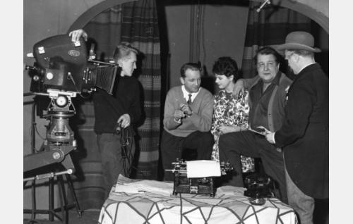 Elokuvan kuvausryhmää. Blimp-Arri -kameraan nojaa kamera-assistentti Esko Kajonterä, hänestä oikealle kuvaaja Osmo Harkimo, Pirkko Mannola, ohjaaja Aarne Tarkas ja nimiosan esittäjä Hannes Häyrinen.