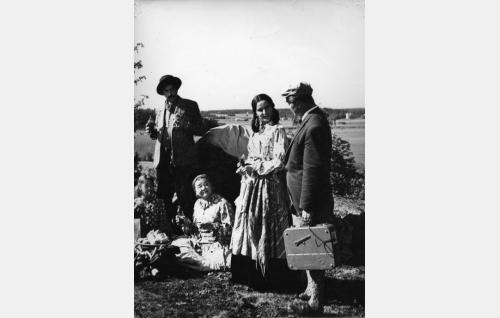 Manne (Armas Jokio), Fiinu (Senni Nieminen), Elli (Assi Nortia) ja reportteri (Hannes Häyrinen).