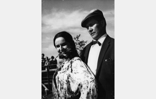 Elli (Assi Nortia) ja reportteri (Hannes Häyrinen).