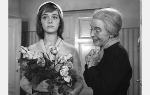 Rouva Alma Skrof (Henny Waljus, oik.) ja hänen kasvattityttärensä Kirsti Skrof (Elina Salo).