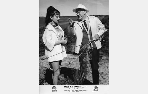 Nuori aviovaimo Anita Roiha (Liana Kaarina) ja hänen ennen kaikkea kalastuksesta kiinnostunut miehensä kauppaneuvos Evert Roiha (Aarne Laine).