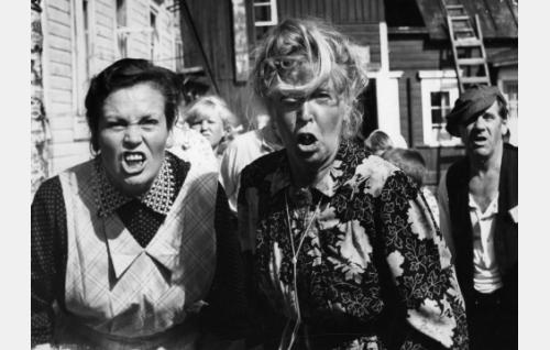 Kellomestarin vaimo (Irma Seikkula) ja anoppi (Henny Waljus), oikealla talonmies Harakka (Pentti Irjala).