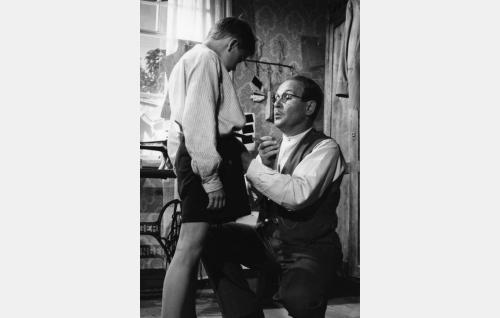Räätäli Riimanni (Leo Riuttu) ottaa Pietarista (Tuukka Tanner) mittoja molskihousuja varten.