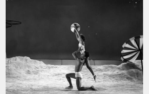 """Balettiesitys """"uimarannalla""""."""