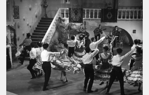 """Leif Wager laulaa """"Kaipuun kukka"""" -kappaleen. Sen jälkeen """"Espanjalainen tanssi""""."""