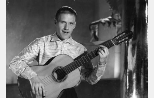 Pärre Förars laulaa Living Doll-kappaleen.