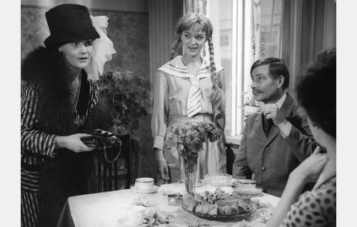 Liina (Maija Karhi), Lahja Ahlroos (Elina Salo), valokuvaaja Herman Ahlroos  (Toivo Mäkelä) ja Eedit Honka (Aino Mantsas, selin).