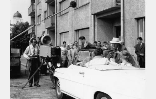 Hattupäinen Valentin Vaala ohjaa Rami Sarmastoa ja Anneli Haahdenmaata ulkokuvauksessa. Debrie- kameran takana vas. kuvaaja Yrjö Aaltonen.