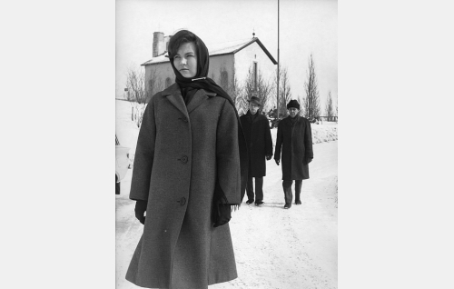 Helsingin Krematorio-kappelin edustalla, vasemmalta: Soili (Sointu Angervo), Pentti (Jarno Hiilloskorpi) ja Mäkelä (Pehr-Olof Sirén).