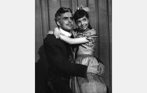 Viulutaiteilija Henrik Klewe (Tarmo Manni) ja hänen tyttärensä Iris (Nora Haque).
