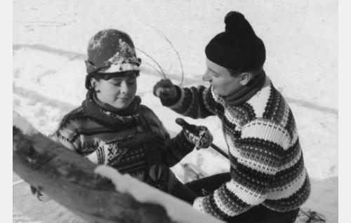 """Johtaja Olavi Vuorimaa, """"Ola""""  (Heikki Aarva), Pirkko Jokinen, """"ministeri Jokisen tytär""""  (Pirkko Mannola)"""
