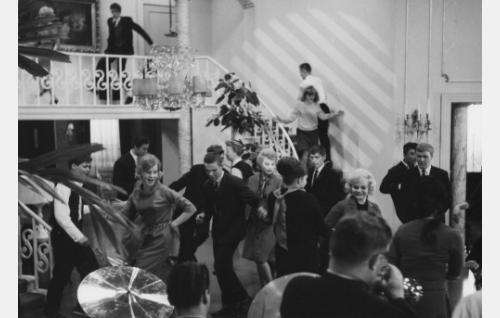 Nuorten juhlat Vuorimaan veljesten kotona.