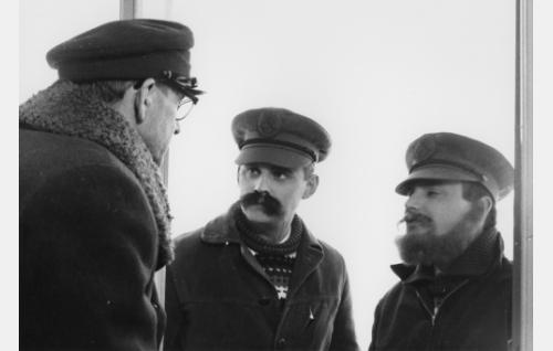 Portinvartija Jäppinen (Pentti Saares) sekä naamioituneet johtajat Erkki ja Olavi Vuorimaa (Esa Laukka ja Heikki Aarva).