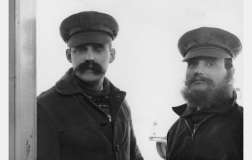 Naamioituneet johtajat Erkki ja Olavi Vuorimaa (Esa Laukka ja Heikki Aarva).