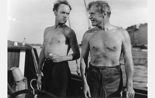 Kirjailija Martti Kaski (Rauli Tuomi) ja merimies Johansson (Eino Kaipainen).