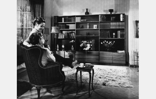 Herra ja rouva Palmu kotioloissa. Rouva Palmu (Anja Pohjola) ja  Frans J. Palmu, eläkkeellä oleva komisario (Joel Rinne).