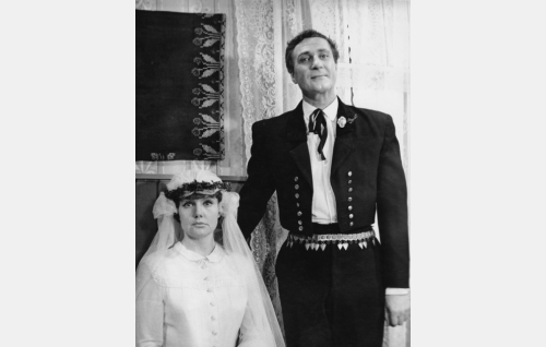 Valtiopäivämiehen tytär (Maija Karhi) ja valtiopäivämiehen tyttären aviomies valokuvassa (Helge Herala).