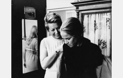 Gertrud Kaira (Mai-Brit Heljo) ja Helinä Lehmusto (Eija Pokkinen).