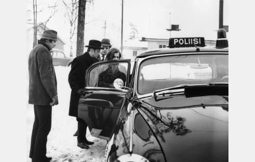 Poliisit noutavat Virtasen veriteosta epäiltynä. Vas. Toivo Karhu (Hannu Lauri), Ossi Virtanen (Aarre Karén), etsivä Inkinen (Toivo Reinikka) ja Virtasen morsian Salli Mikkola (Rauni Ikäheimo).