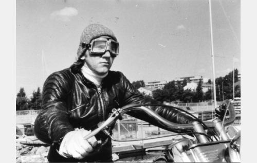 Cisse Häkkinen, Hurriganesin basisti (Cisse Häkkinen) pyörän selässä.