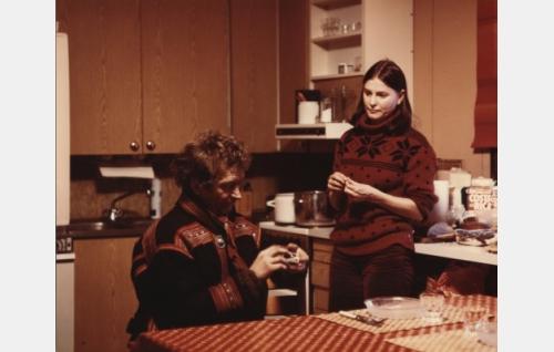 Poromies Niila (Jouni S. Labba) kotioloissaan vaimonsa (Eeva-Maija Haukinen) kanssa.