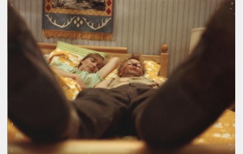 Elisabeth Turhapuro (Marjatta Raita) ja Uuno Turhapuro (Vesa-Matti Loiri) nokosilla.