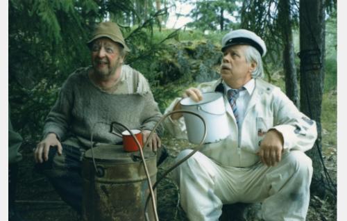 Hugo Turhapuro (Olavi Ahonen) ja teekkari Sörsselssön (Simo Salminen)