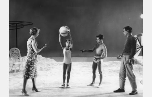 Koreografi Airi Säilä ja ohjaaja Ville Salminen uimaranta-kohtauksen kuvauksissa.