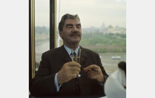 Frans J. Palmu, eläkkeellä oleva komisario (Joel Rinne).