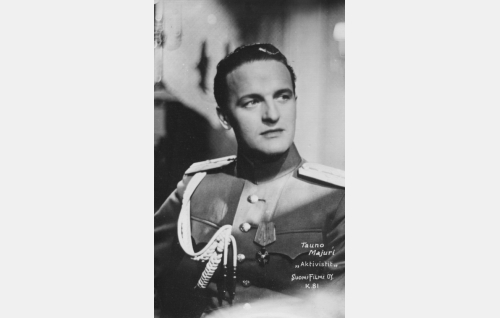 "luutnantti Yrjö Jakola, kenraali Danilovin adjutantti, ""Grigori Andreivitsh"" (Tauno Majuri)"