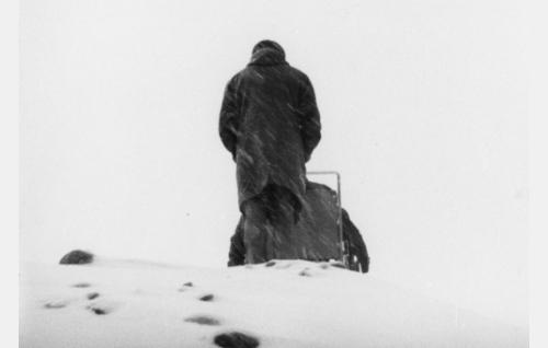 Suomentaja (Jyrki Lappi-Seppälä) ja rampa nuori mies, suomentaja (Eero Tuomikoski) episodissa Confiteor.