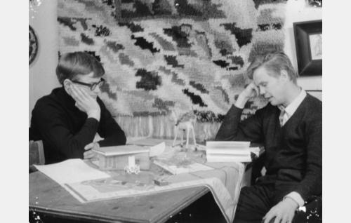 Suomentajat (Jyrki Lappi-Seppälä) ja (Eero Tuomikoski) episodissa Confiteor.
