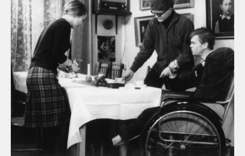 Suomentajat (Jyrki Lappi-Seppälä) ja (Eero Tuomikoski) sekä opiskelijatyttö (Marjukka Pietiäinen) episodissa Confiteor.