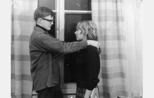 Suomentaja (Jyrki Lappi-Seppälä) ja opiskelijatyttö (Marjukka Pietiäinen) episodissa Confiteor.