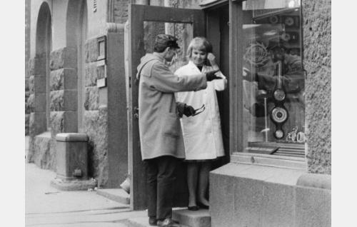 Kultasepänliikkeen myyjätär (Marja-Liisa Vesanto) ja Pekka (Pekka Autiovuori) episodissa Kristiina.