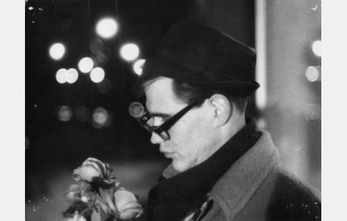 Jarmo (Pekka Sahenkari) episodissa  liukastelua.