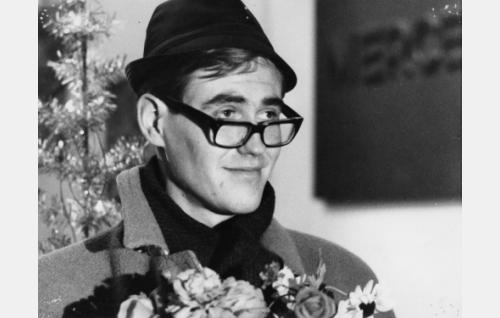 Jarmo (Pekka Sahenkari) kukkakimppuineen episodissa   Liukastelua.