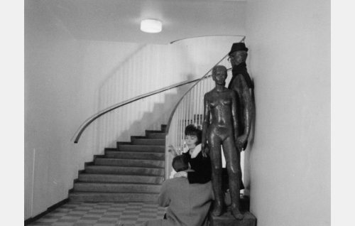 Jarmo (Pekka Sahenkari) ja Jarmon kadulta löytämä nainen (Raija Roiha) episodissa Liukastelua.